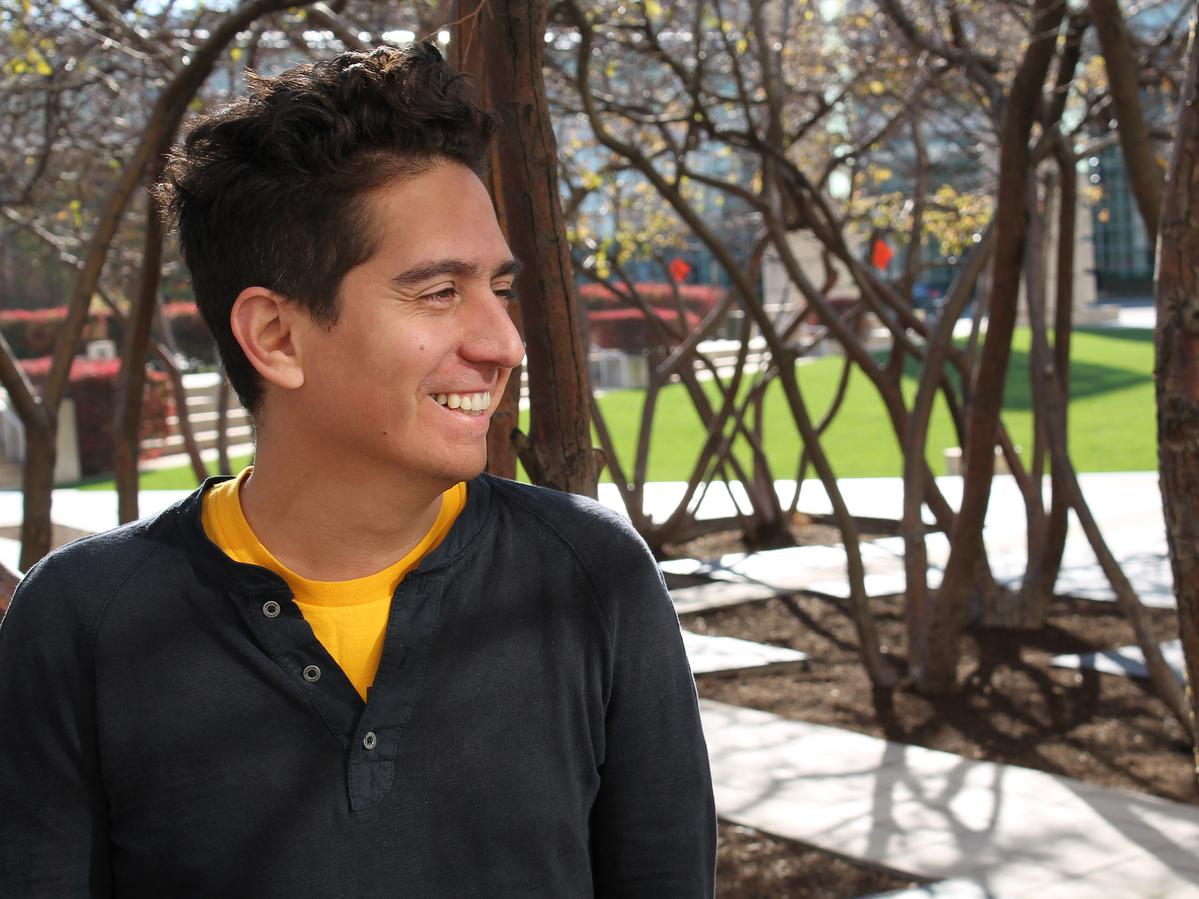 El novelista peruano-estadounidense Daniel Alarcón presenta Radio Ambulante, un podcast en español que utiliza periodismo de audio extenso para contar historias latinoamericanas y latinoamericanas importantes pero desatendidas y poco reportadas.