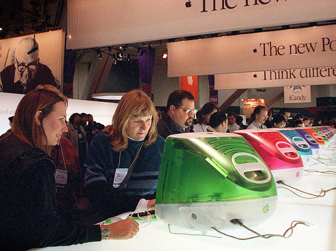APPLE 2/C/05JAN99/BU/LH-- SAN FRANCISCO EXHIBIT/ ELETRONIC SHOW / Five collors of iMac's were on display at the Macworld Expo floor.