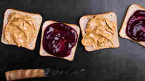 NFL locker room sandwiches lead to a debate over the perfect PB&J ratio