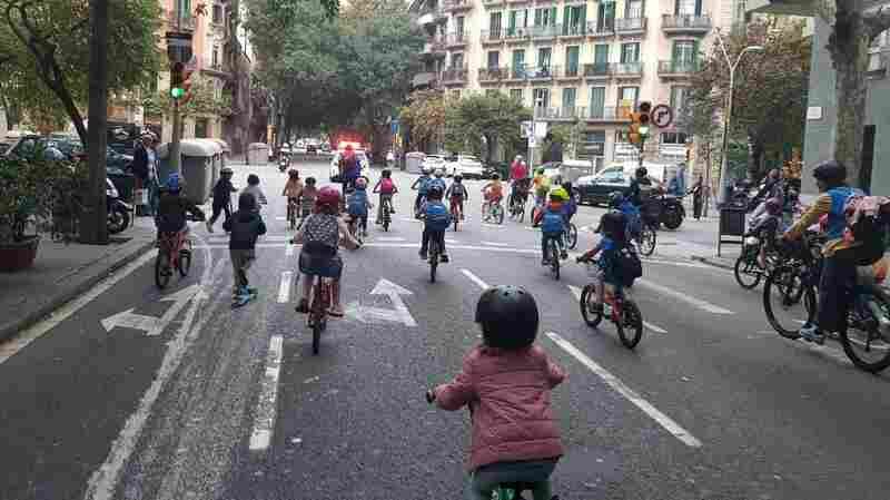 It started with 5 families. Now hundreds are biking to school together in Barcelona