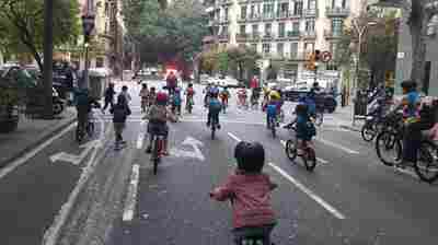 Hundreds of kids and their families are riding a 'bicycle bus' to school in Barcelona