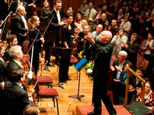 Christoph Eschenbach acknowledges the orchestra