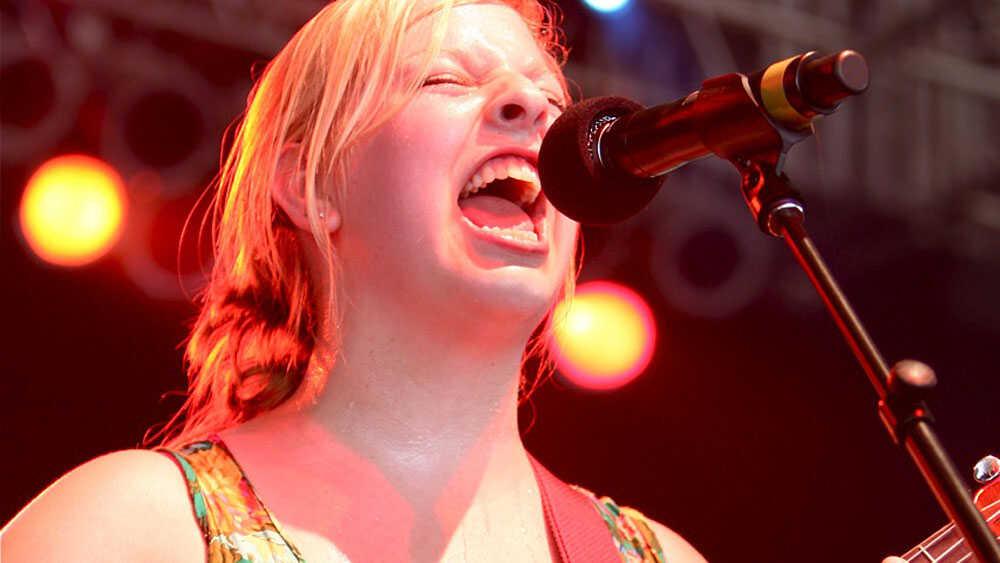 Bonnaroo 2010: Julia Nunes In Concert