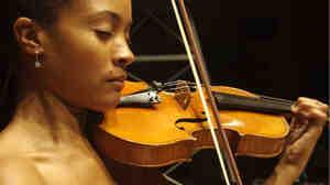 Melissa White plays violin