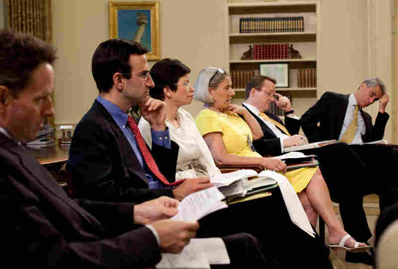 Economic advisers meeting with President Obama in the Oval Office.