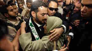 Iraqi reporter Muntazer al-Zaidi embraces his sister