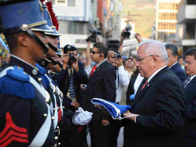 De facto Honduran President Roberto Micheletti (right)