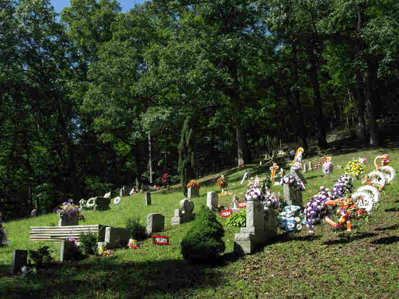 Hoskins Cemetery inside Daniel Boone National Forest