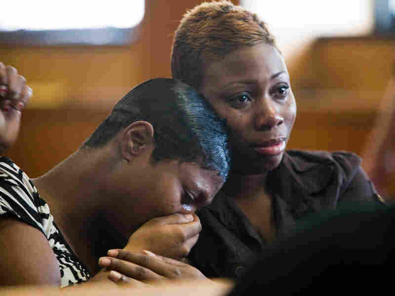 Tiara Cotton, left, and Koronoa Richmond cry during the preliminary hearing for Walter Ellis Wednesd