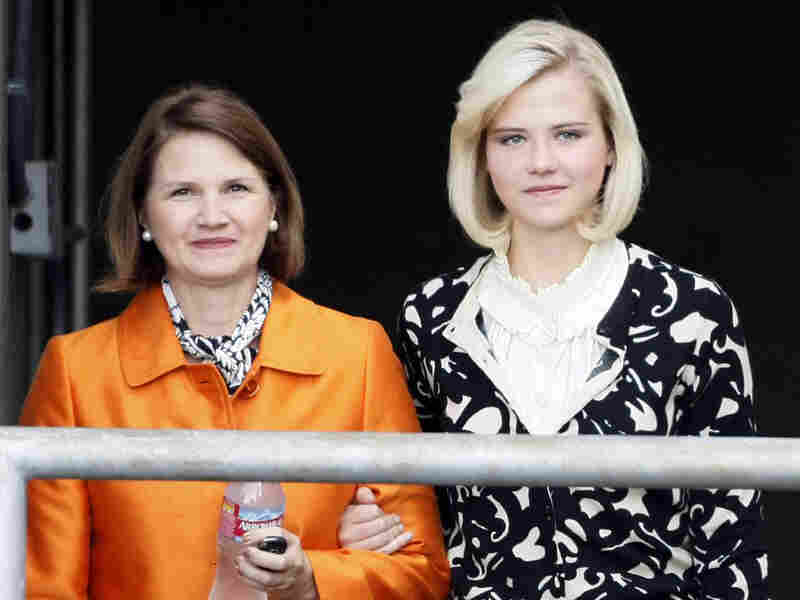 Elizabeth Smart leaves the courthouse with her mother.