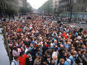 Thousands of East Berliners cross through an opening in the wall.