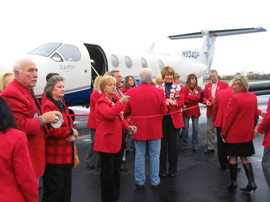 Dignitaries in Hot Springs, Ark., prepare to cut the ribbon to inaugurate Seaport Airlines' new s