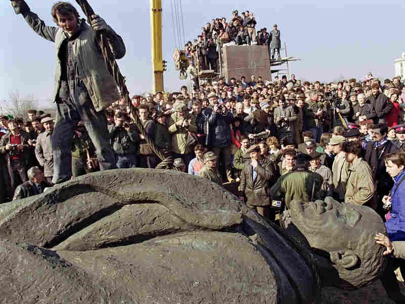 Romanians dismantle a statue of Lenin in Bucharest in 1990.