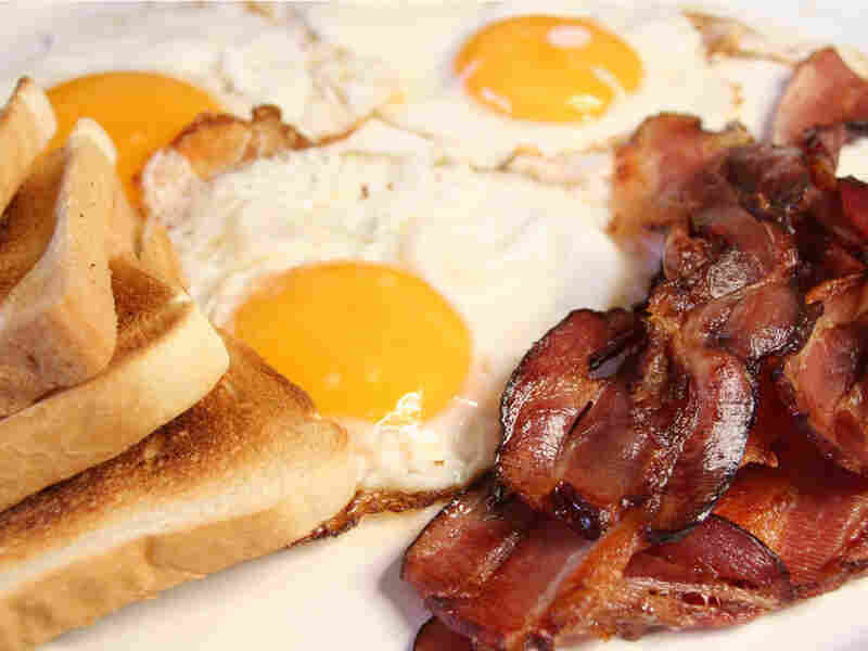 Toast, eggs and bacon