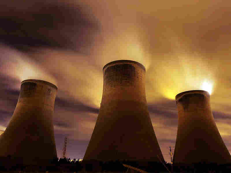 A coal-fueld power station emits vapor into the sky in the United Kingdom
