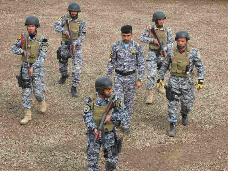 Iraqi policemen undergo training.