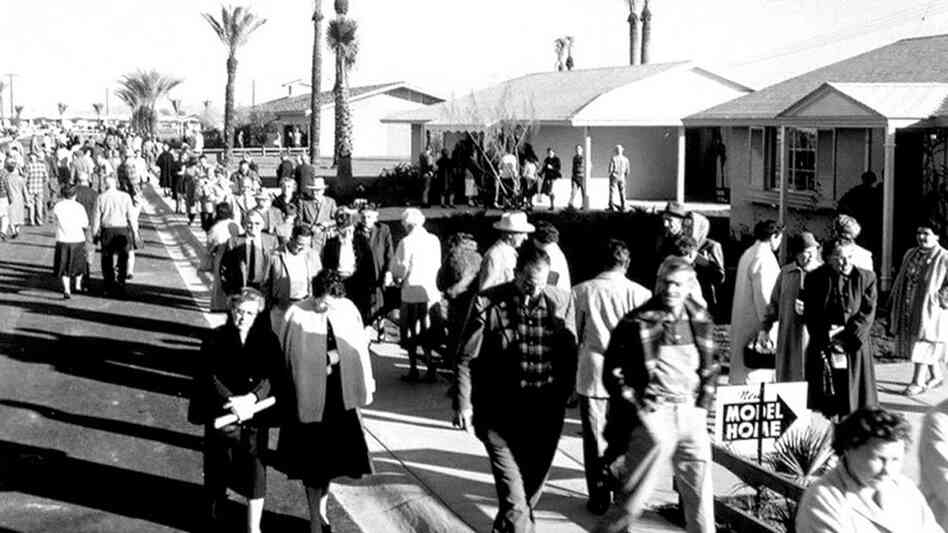 The crowd on opening day at Sun City, Ariz., in 1960.