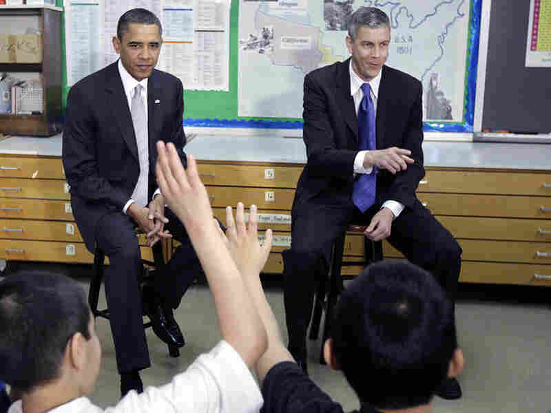 Education Secretary, Arne Duncan, and President Obama talk with students.