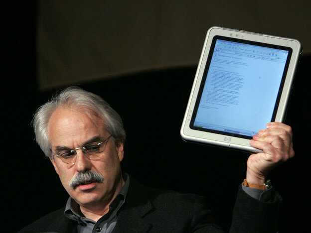 Tom Bodkin of <em>The New York Times</em> displays a tablet computer at the American Society of Newspaper Editors annual convention in 2006.