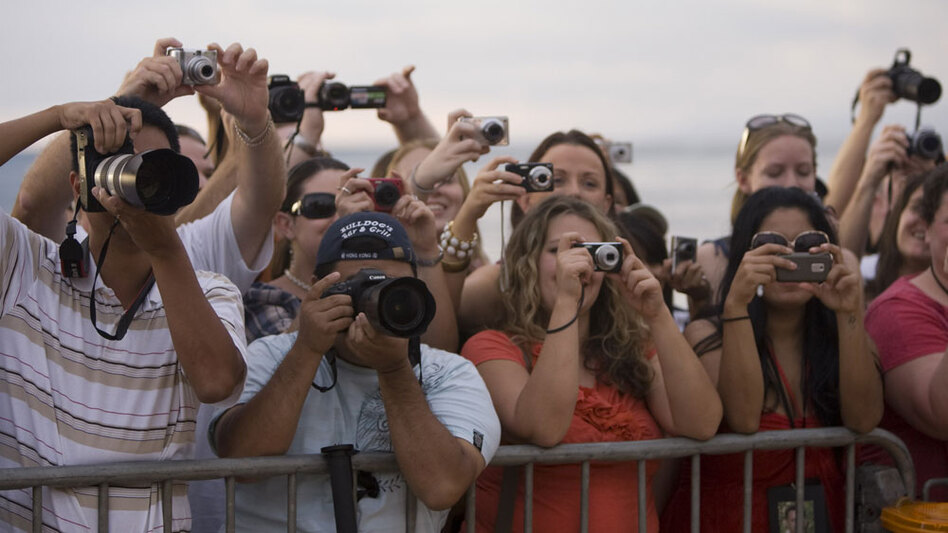Beach-goers in Hawaii line the red carpet awaiting the cast of <em>Lost</em>.