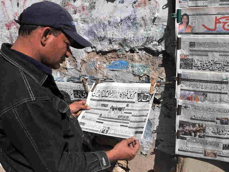 An Urdu-language newspaper reports the capture of a Taliban commander in Karachi, Pakistan.
