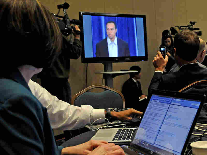 journalists watch Tiger Woods