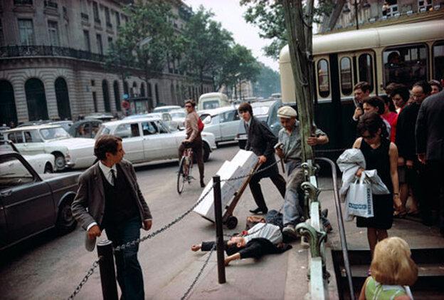 Paris, Fallen Man, 1967 (Joel Meyerowitz/Courtesy of Edwynn Houk Gallery)