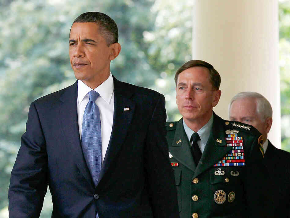 President Obama walks with Gen. David Petraeus to the White House.