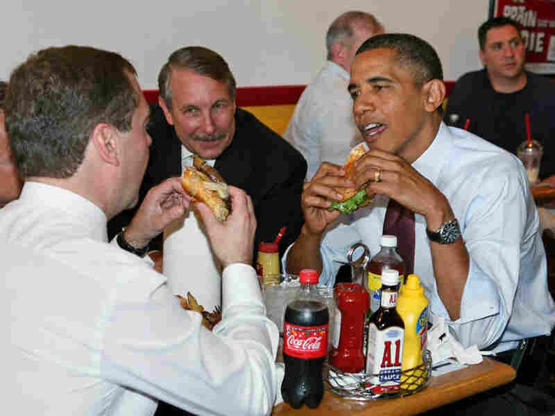Presidents Obama and Medvedev eat hamburgers
