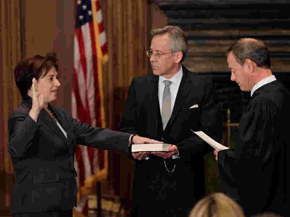 Chief Justice John Roberts administers the judicial oath to Elena Kagan.