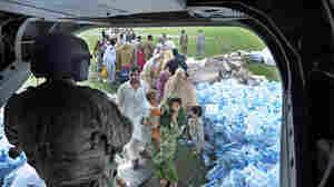 Pakistani flood survivors wait to board a U.S. helicopter