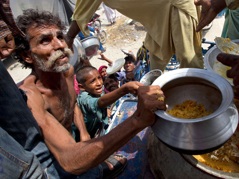 Desperate flood victims scramble for food
