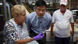 U.S. Secretary of Commerce Gary Locke (center) looks at Gulf Coast shrimp in Lafitte, La.