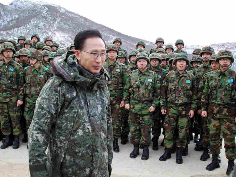 South Korean President Lee Myung-bak (front) visits front-line soldiers, Dec. 23, 2010