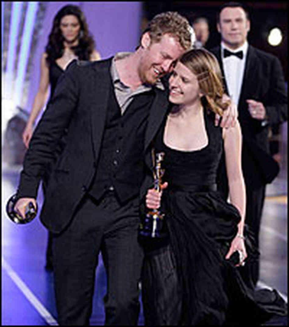 Glen Hansard and Marketa Irglova leave the Oscar stage
