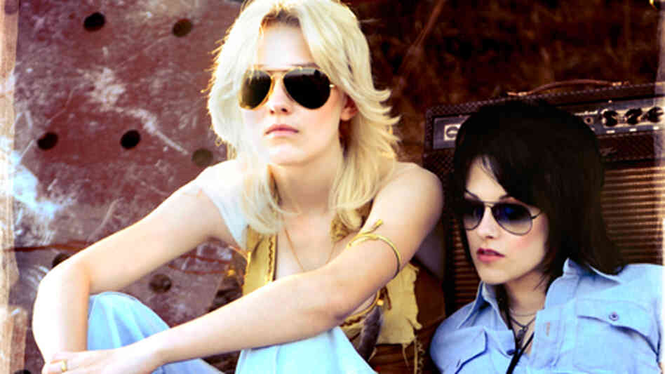 Dakota Fanning and Kristen Stewart in 'The Runaways'.