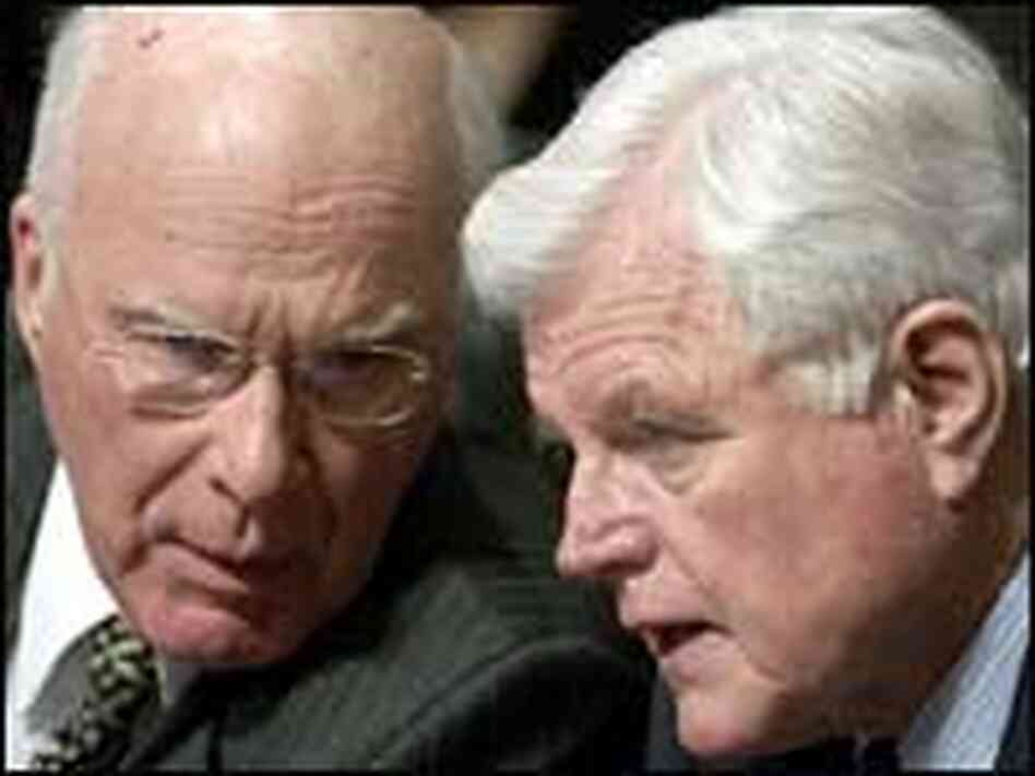 Leahy and Kennedy confer at Alito's confirmation hearings.