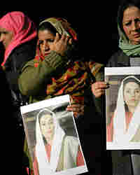 Supporters of assassinated Pakistani opposition leader Benazir Bhutto demonstrate in downtown Rome