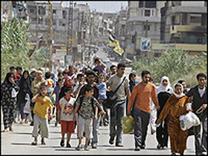 Palestinian refugees cross from the southern ent