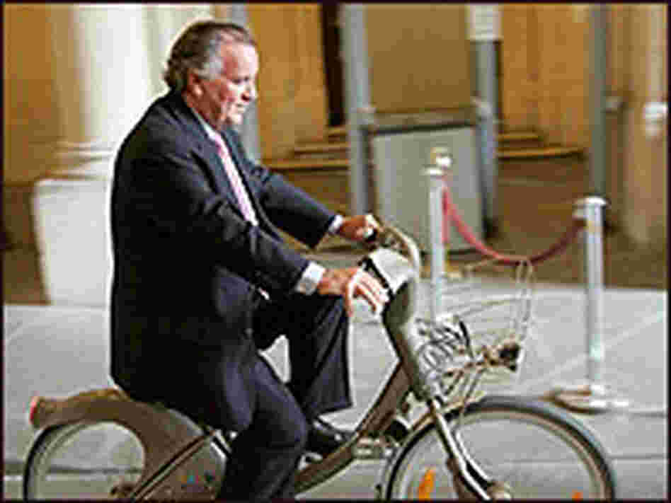 Chicago Mayor Richard Daley test out a Velib bicycle