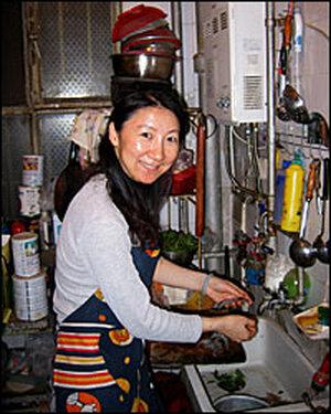 Editor Li Shujuan shells shrimp for dinn