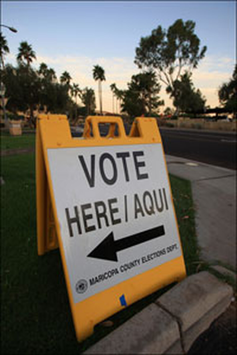 A bilingual sign announces a polling place in Phoenix.