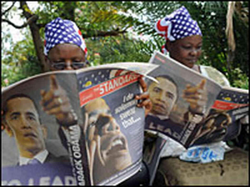Kenyan women in Kisumu read a special edition of the 'Standard' newspaper
