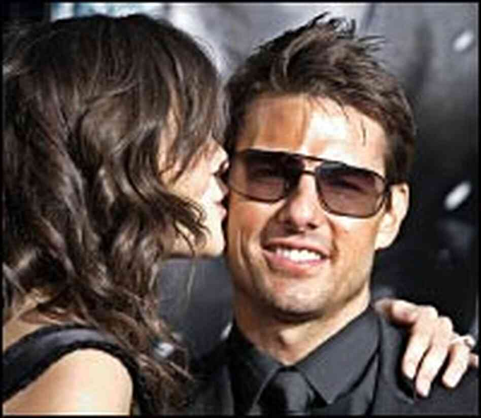 Cruise gets a kiss from girlfriend Katie Holmes