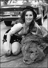 Nell Theobald poses with a lion in the New York Coliseum while promoting the International Auto Show