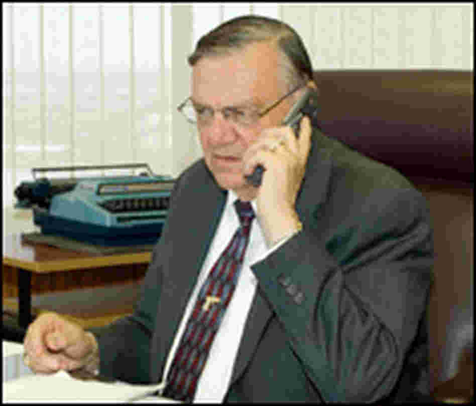Sheriff Arpaio takes a call