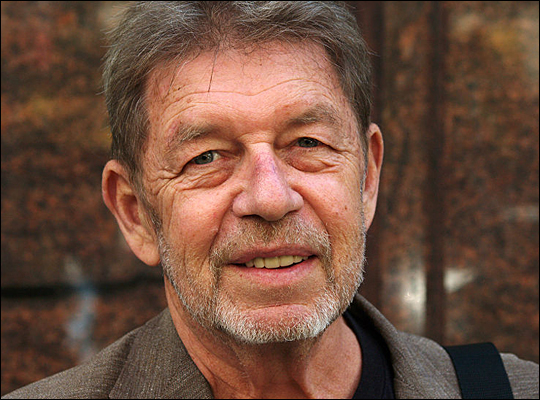 """pete hamill essays In """"crack and the box"""" pete hamill explains why he feels that watching television in excess has the same effects on you as doing drugs he begins to state that both drugs and television have the effect of escaping a person from reality."""
