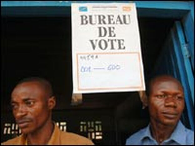 Two trainees guard the entrance to a voting office during a July 12 election simulation in Kisangani.