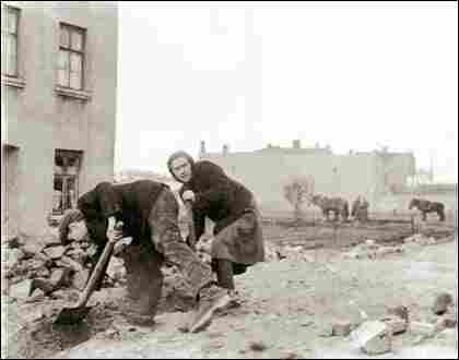 Clearing rubble in the Lodz ghetto