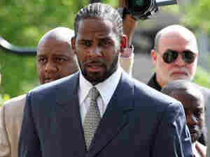 R&B singer R. Kelly arrives at the Cook County courthouse.